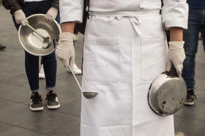 """Restauranteros de la Capital, se manifestaron en las inmediaciones del Palacio Nacional, para exigir con un """"Cacerolazo"""", la apertura de restaurantes y bares"""