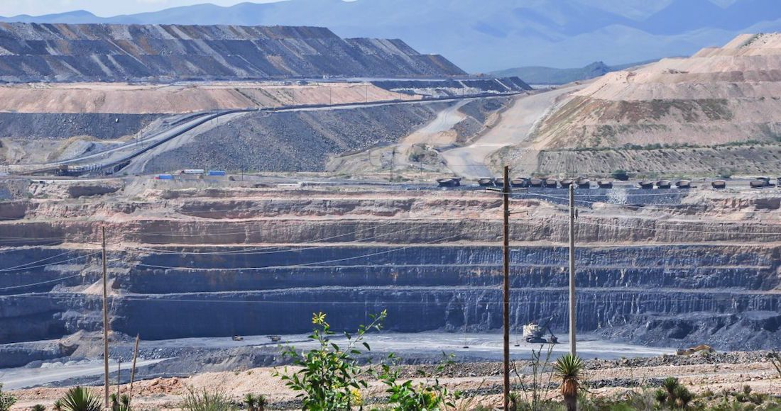 MAZAPIL, ZACATECAS, 06OCTUBRE2016.- Mina Peñasquito considerada la más importante debido a su producción en América Latina suspendió sus actividades debido a que pobladores y transportistas se manifiestan bloqueando el acceso a trabajadores e insumos (más no la salida) debido al incumplimiento de compromisos adquiridos por parte de la empresa minera operada por GoldCorp. La Policía Estatal, Ministerial y Tránsito del Estado, realizó un operativo el martes pasado donde intentaron a los inconformes. FOTO: MISAEL VALTIERRA / CUARTOSCURO.COM