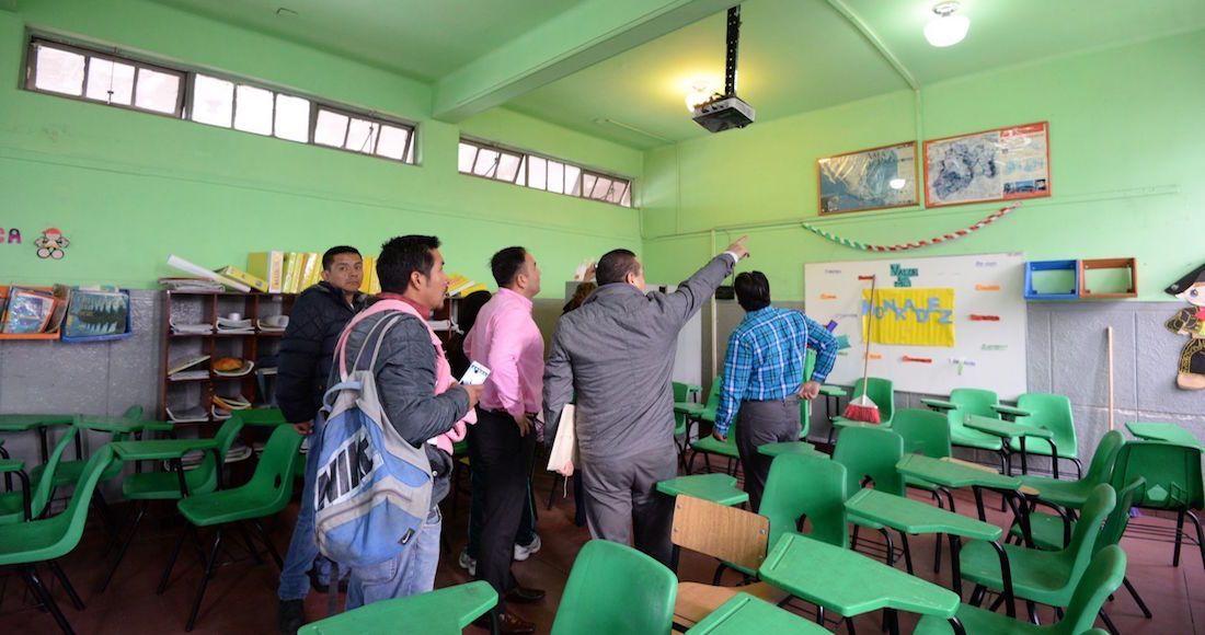 TOLUCA, ESTADO DE MEXICO, 25SEPTIEMBRE2017.- Autoridades del plantel escolar Miguel Alemán sostuvieron una junta informátiva con padres de familia para informar las condiciones en que se encuentra la escuela, después de registrar algunas grietas en muros. Los padres de familia rechazaron el dictamen emitido por Protección Civil y piden se realize uno nuevo por parte de una empresa privada.FOTO: ARTEMIO GUERRA BAZ / CUARTOSCURO.COM