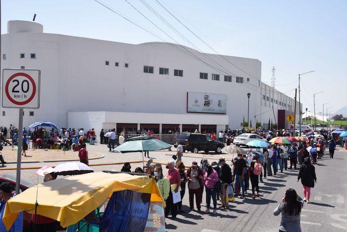 Decenas de personas se formaron para aplicarse la vacuna contra el Covid-19 en el Estado de México.