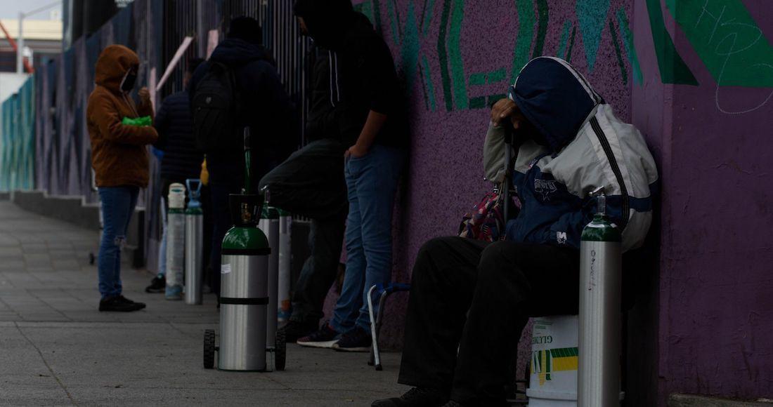 Personas asisten al Centro de Rehabilitación Infantil de la Alcaldía Gustavo A. Madero para rellenar de forma gratuita sus tanques para oxígeno médico.