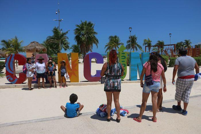Turistas disfrutaron del último día de Semana en Santa, en Playa Langosta, en Cancún.